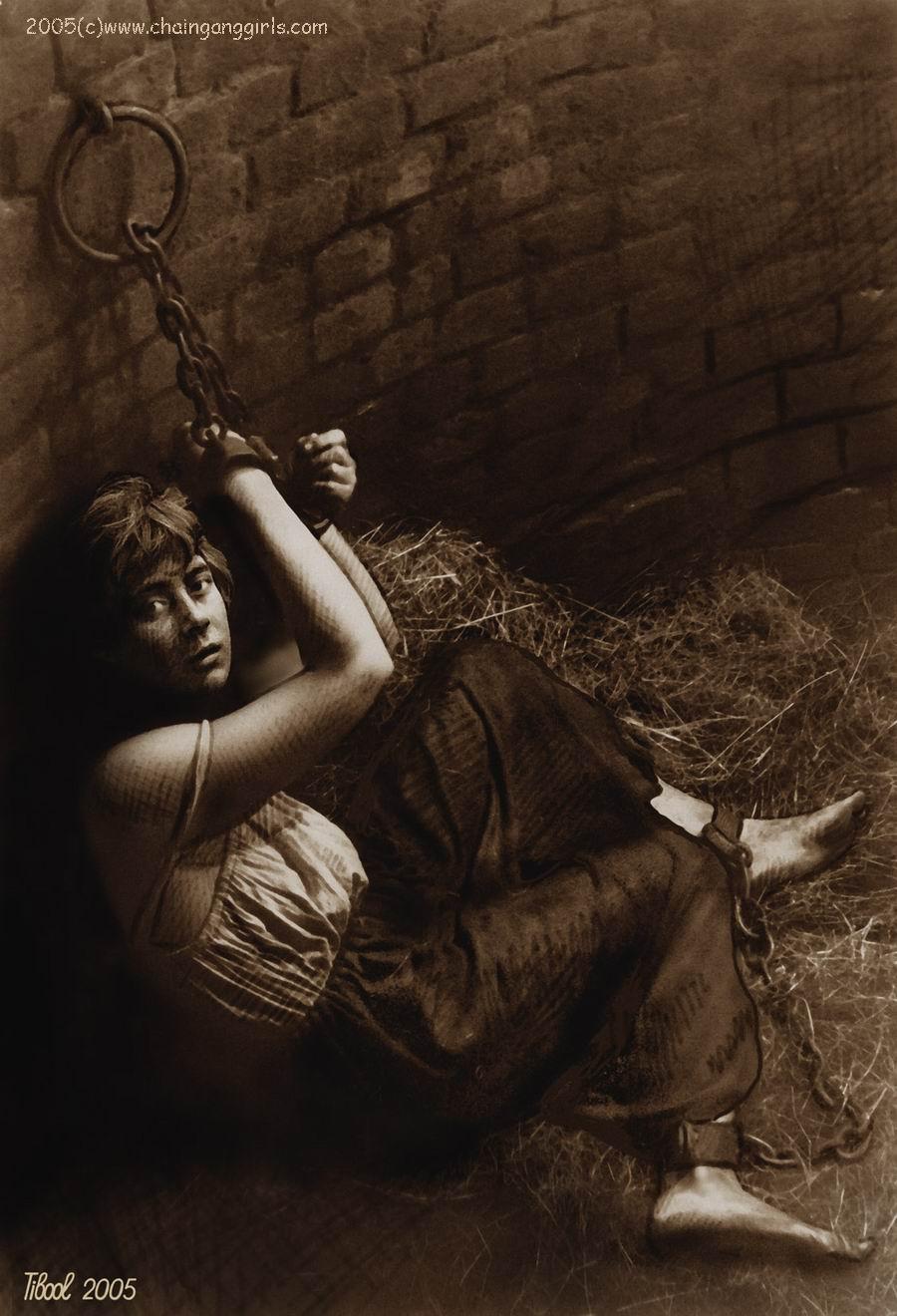 Пытки девушек в кандалах 6 фотография